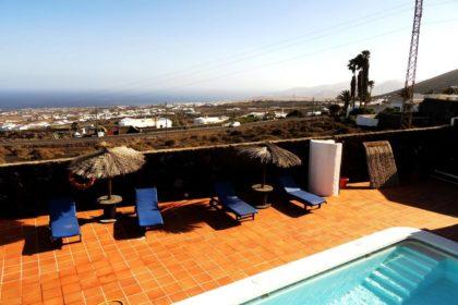 Blick auf den Pool und auf das Meer von Luxusvilla in La Asomada